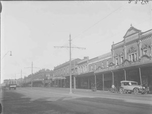 Looking along the northern side of Karangahape Road, Auckland. Image Credit: Sir George Grey Special Collections, Auckland Libraries, 4-2354