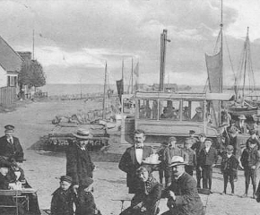 Dragør harbour in 1906 - where the new bus to Copenhagen is inaugurated and the passengers are having a refreshment before departure. Image credit: http://www.copenhagenet.dk/cph-map/CPH-Dragoer.asp
